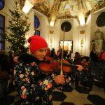 Vánoční trh 2019 - houslistka v prelatuře